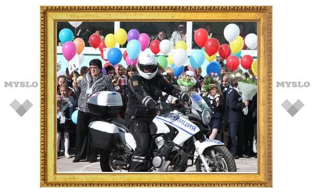 Тульские полицейские поздравили с Днем знаний подшефный лицей №4