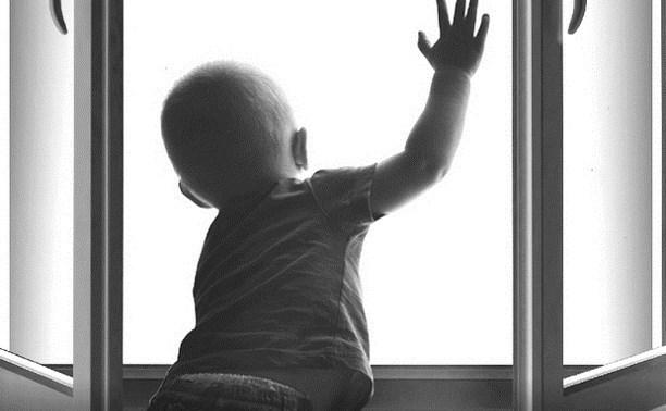 В Ясногорском районе из окна выпала трехлетняя девочка