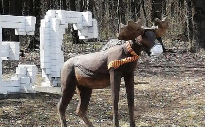 На деревянного лося в Рождественском туляки надели маску