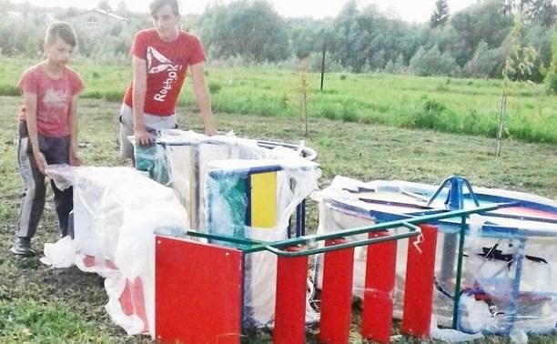 В Щекинском районе власти купили оборудование для детской площадки, а ставить его предложили жителям