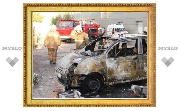 В результате пожара рядом с торговым мебельным центром в Туле сгорела иномарка