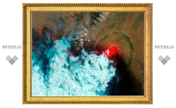 Американский спутник заглянул в жерло извергающегося вулкана