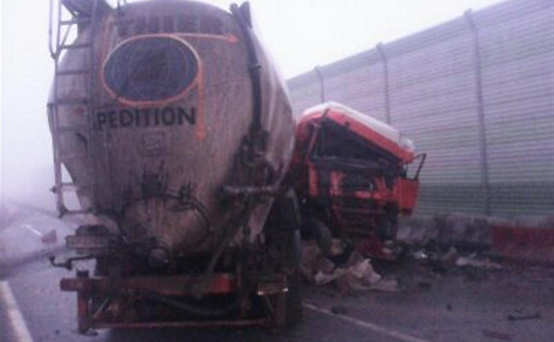 На М4 грузовик врезался в дорожное ограждение