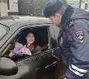 «Цветочный патруль»: тульские гаишники дарили девушкам цветы