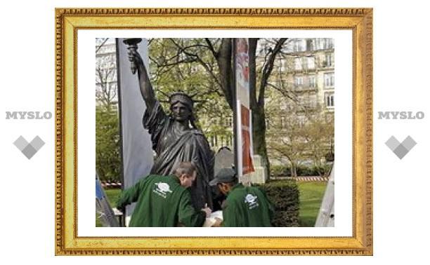 В Париже демонтировали копию Статуи Свободы