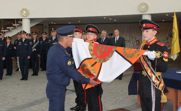В музее оружия прошла церемония крепления к древку знамени суворовского училища