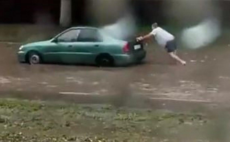 Сильный ливень в Туле: Мужчине пришлось выталкивать авто из огромной лужи