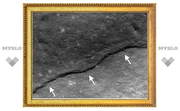 Ученые заметили остывание и скукоживание Луны