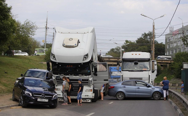 В Туле на Калужском шоссе столкнулись фура и легковушка
