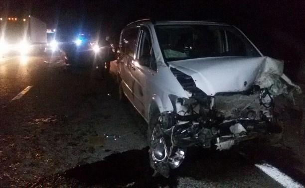 В аварии на М4 пострадали пассажиры микроавтобуса «Мерседес»