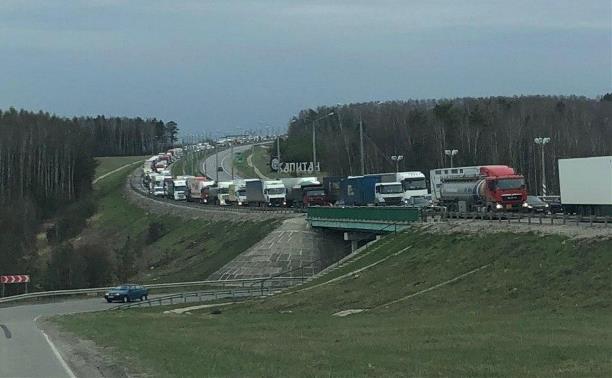Пробка на границе с Тульской областью: «Автодор» посоветовал легковушкам ехать по левой полосе