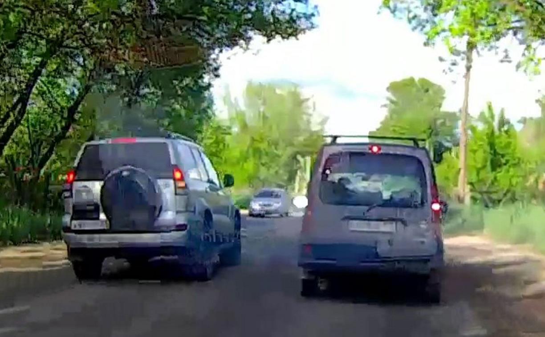 В Туле водитель внедорожника «выдавил» легковушку на обочину