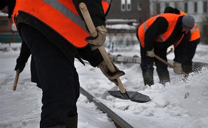 В Туле продолжается очистка дворов от снега