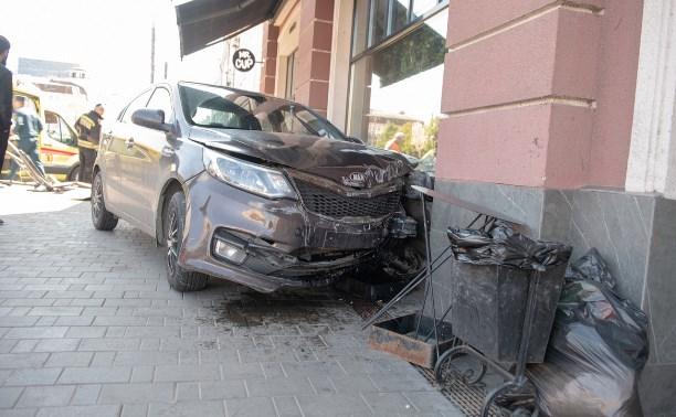 В центре Тулы «Киа» снес дорожное ограждение и врезался в здание