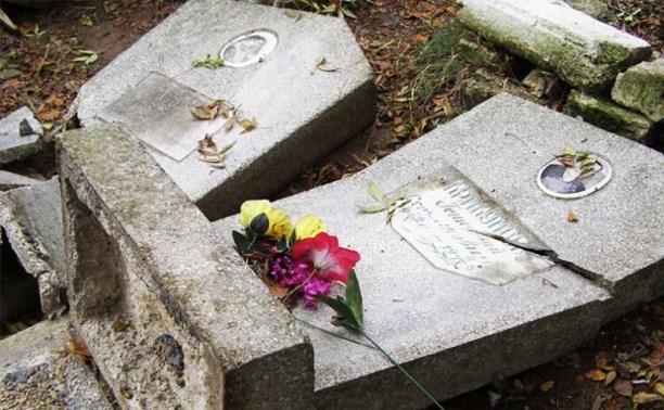 Пьяная жительница Тёпло-Огарёвского района надругалась над могилами
