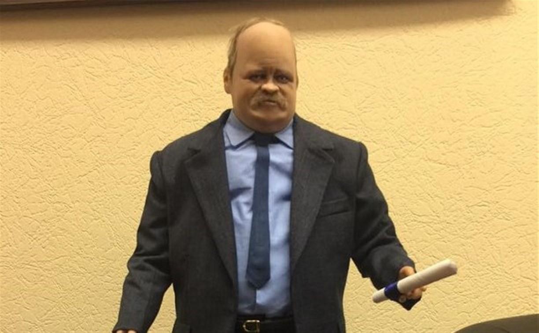 Депутат Госдумы от Тульской области Игорь Зотов получил в подарок свою миниатюрную копию