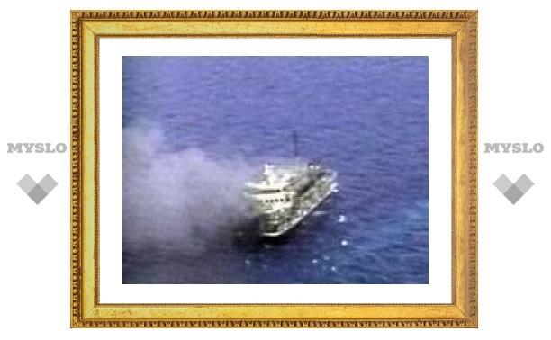 У берегов Индонезии горит паром с 350 пассажирами на борту