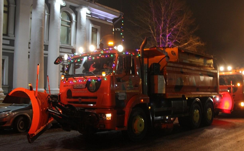 В Туле снегоуборочные машины украсили к Новому году
