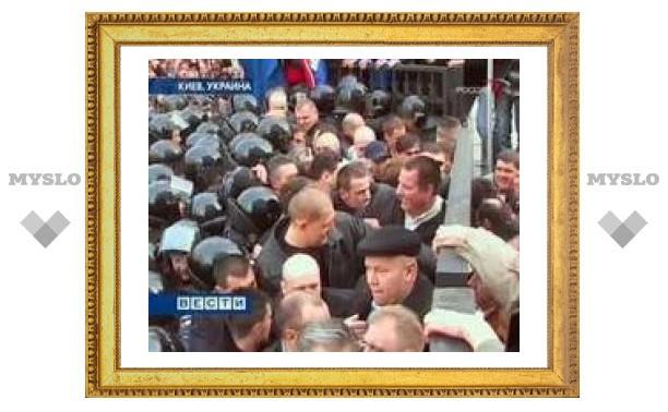 Под окнами президента Украины произошла потасовка