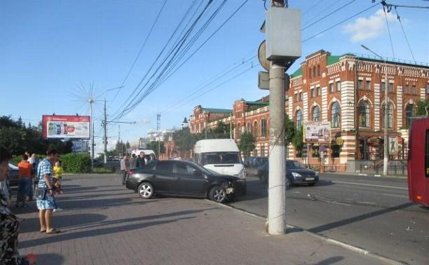 В ДТП с маршруткой на проспекте Ленина пострадала девушка