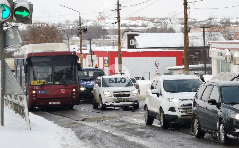 Улица Металлургов в Туле встала в пробке из-за ДТП с автобусом