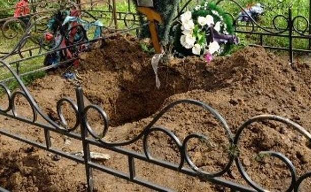 На тульском кладбище тело женщины выкопали из могилы