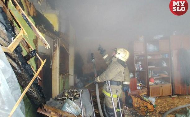 В тульском поселке Петровский пожарные спасли из горящего дома женщину: фоторепортаж