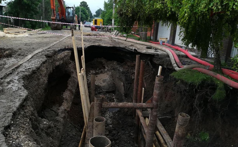 В Мясново канализация размыла улицу и затопила дома. Водоканал три недели не может справиться с аварией