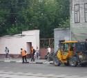На ул. Октябрьской ведется мойка бордюрного камня