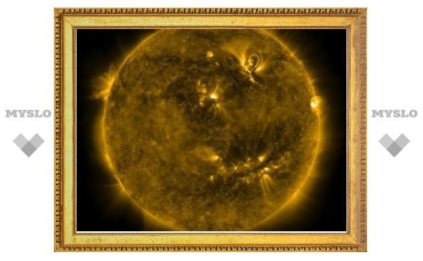 Ученые сфотографировали на Солнце гигантский смайлик
