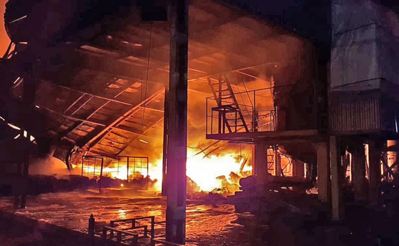 В поселке Ленинский пожар на заводе тушили 11 расчетов