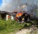В Ленинском вместе с сараями сгорела «Волга»