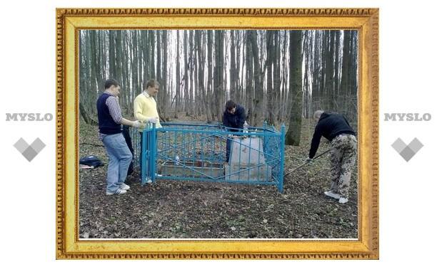Молодые туляки благоустроили могилу солдата