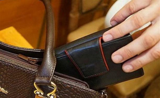 В Алексине подростки украли кошелёк у сотрудницы магазина