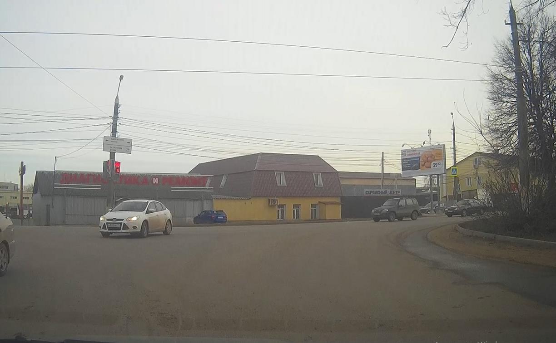 «Уже люди пошли, а они всё едут»: в Туле водители дружно проехали на красный сигнал светофора