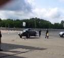 На парковке ТЦ «Макси» «Опель» сбил знак и повис на его бетонном основании