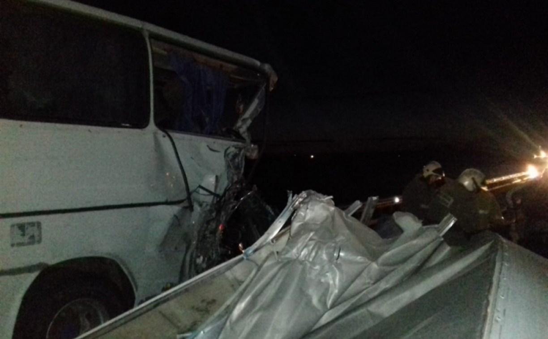 Ночью в Тульской области грузовик протаранил пассажирский автобус
