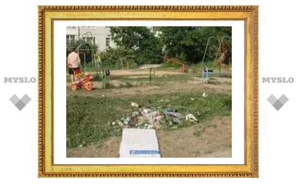Детскую площадку в Туле превратили в мусорную кучу
