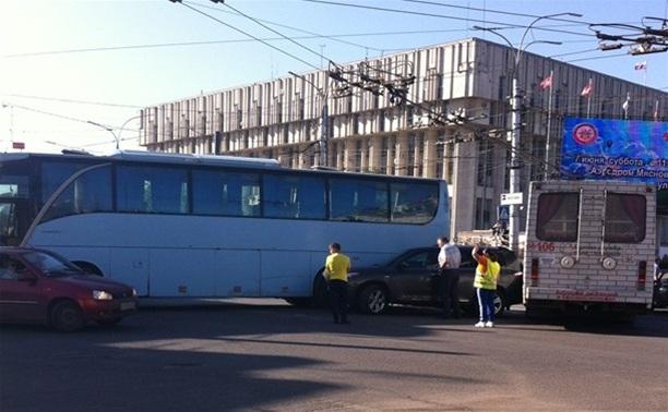 В центре Тулы столкнулись автобус, троллейбус и легковушка