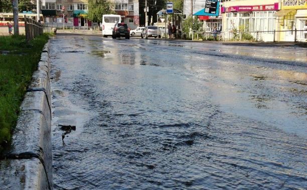 В Пролетарском районе Тулы затопило улицы и дворы: вода хлещет из колодцев
