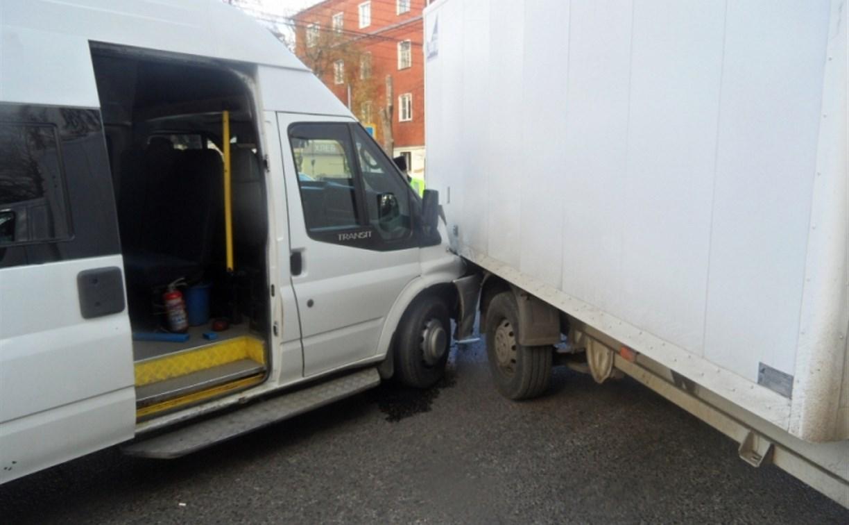 В Туле на ул. Кирова маршрутка врезалась в грузовик