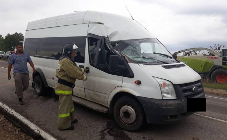 В Тульской области микроавтобус столкнулся с трактором