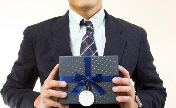 Минтруд запретил чиновникам получать подарки