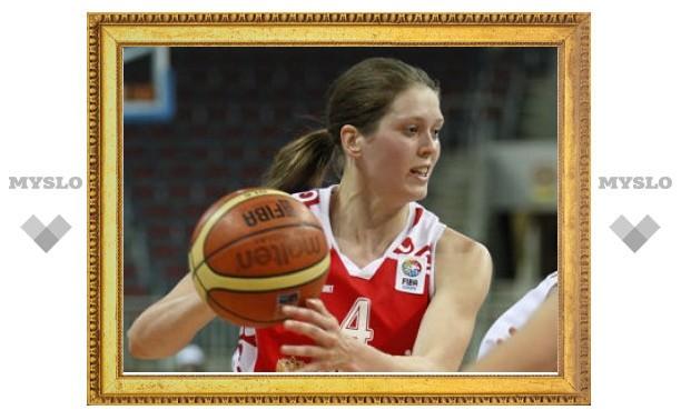 Российской баскетболистке положили металлический крючок в салат
