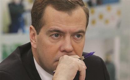 Премьер РФ Дмитрий Медведев обещал продлить программу выплат маткапитала