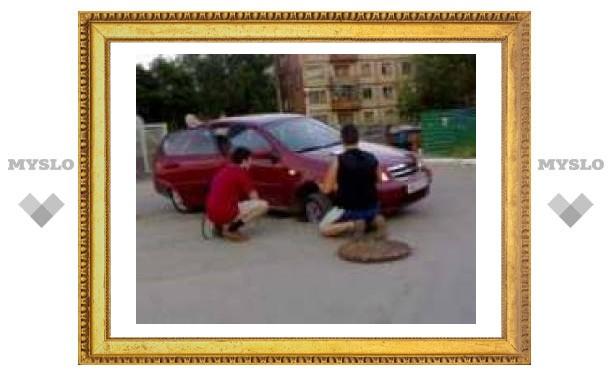"В Туле на проспекте Ленина люк-ловушка поймал ""Шевроле"""
