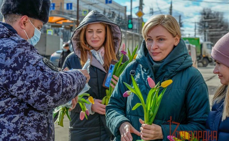 В Туле росгвардейцы дарили женщинам защитные маски и тюльпаны