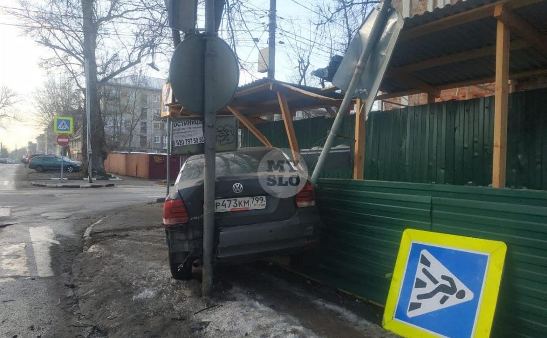 В Туле машина каршеринга снесла ограждение для пешеходов