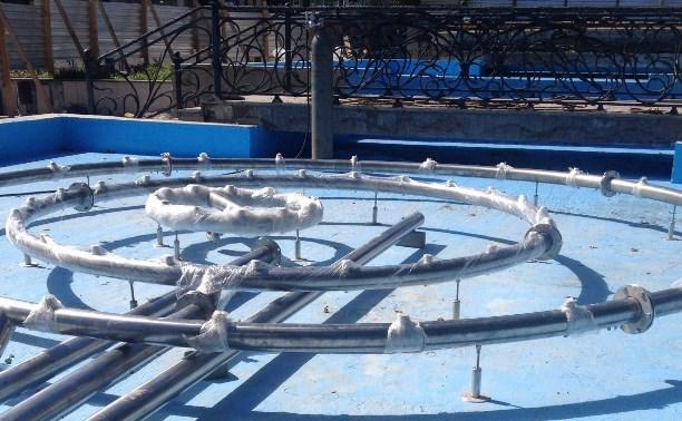 Подрядчики начали монтировать фонтанное оборудование в сквере у драмтеатра