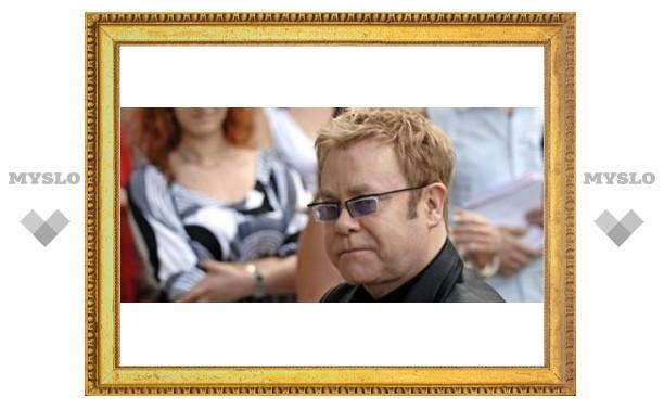 Туляк подает в суд на Элтона Джона